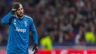 En marge de la qualification de la Juventus en finale de la Coupe d'Italie, Gonzalo Higuain a été surpris par les caméras en pleine réflexion sur son...