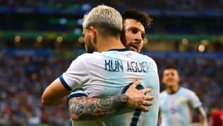 """Amigos, """"compadres"""" e companheiros na Seleção da Argentina, Lionel Messi e Sergio Agüero podem jogar juntos no Barcelona na próxima temporada (2021/22). A..."""