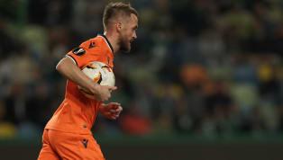 Yeni sezon adına teknik direktör arayışlarını hız kesmeden sürdüren Fenerbahçe'nin, Medipol Başakşehir'le şampiyonluğa yürüyen Okan Buruk ile el sıkıştığı...