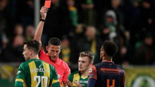 Geçtiğimiz hafta sonu oynanan Norwich City maçında Bournemouth forması giyen Steve Cook, kalenin boş olduğu sırada yerde yatarken bir kedi gibi zıplayarak...