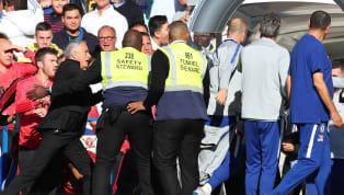 स्टैमफोर्ड ब्रिज में हुए प्रीमियर लीग मैच के दौरानटचलाइन पर मैनचेस्टर यूनाइटेड के मैनेजर होज़े मोरीनियो से अभद्र व्यवहार करने वालेचेल्सी के असिस्टेंटकोच...