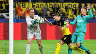  Kiper Barcelona, Marc-Andre Ter Stegen menggagalkan bintang Borussia Dortmund, Marco Reus di fase grup Champions League pada Rabu (18/9) dini hari WIB....