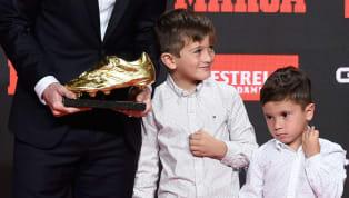 """Trong lễ nhận giải Chiếc giày Vàng củaLionel Messimới đây, cậu con """"giời"""" Mateo lại chiếm hếtspotlight vì màn """"giựt cúp"""" chẳng giống ai. Ngay sau khi ban..."""