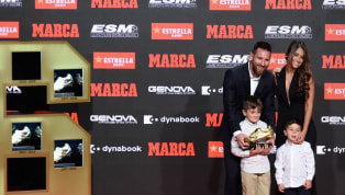 El astro del fútbol argentino fue filmado mientras ayudaba a su hijo más pequeño a realizar abdominales, en el gimnasio de su casa en España. Rápidamente, el...