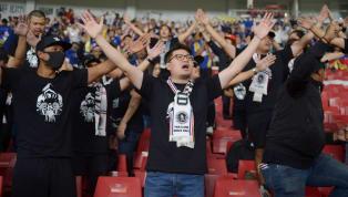 Fans Indonesia memberikan apresiasi kepada suporter Thailand yang menyambangi Stadion Utama Gelora Bung Karno (SUGBK), Selasa (10/9) malam WIB. Fans kedua...