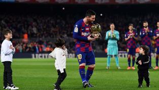 Lionel Messi đã được ba người con trai mang Quả Bóng Vàng ra sân Camp Nou giao tận tay để ăn mừng cùng người hâm mộ. Không khí trước khi trận cầu...