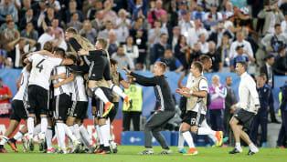"""""""Football is a simple game; 22 men chase a ball for 90 minutes and at the end, the Germans win"""" (Il calcio è un gioco semplice; 22 uomini rincorrono una palla..."""