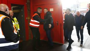 Image cocasse au Royaume-Uni,Wayne Rooneya fait l'objet d'une fouille approfondie par l'un des stewards comme le veut le règlement, lors de la rencontre...