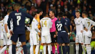Minuto 43 de partido,Marcelobusca mantener la posesión del balón con un toque de cabeza, Gueye le toca ligeramente la espalda y elmadridistacae sobre...