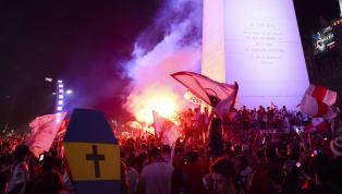 Violência e confusão interrompem celebração da torcida do River na Argentina