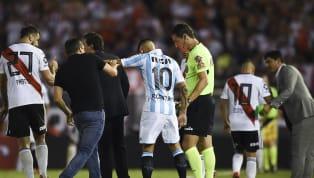 La lamentable imagen de Ricardo Centurión, empujando a su entrenador Eduardo Coudet antes de ingresar a jugar al Estadio Monumental,será recordada por mucho...