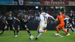 Falhou o goleirão do Corinthians! Reinaldo bateu de fora da área e Cássio não conseguiu impedir o terceiro gol do São Paulo. O placar agora é: São Paulo 3x0...