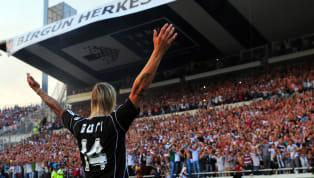 UEFA'nın Almanca Twitter hesabı, Guti Hernandez'in İnönü Stadyumu'nda düzenlenen imza törenindeki fotoğrafı paylaştı. İspanyol teknik adam hatırlanacağı...