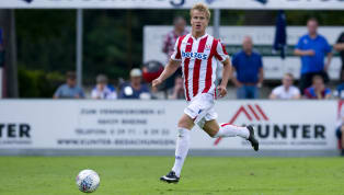 Wolverhampton Wanderers are in talks withStoke City to sign Austrian full backMoritz Bauer as Nuno Espirito Santo looks for backup to Republic of Ireland...