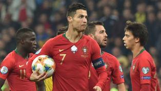 Cristiano Ronaldocán mốc 700 bàn thắng của sự nghiệp trong ngày tuyển Bồ Đào Nha thua trước Ukraine ở trận cầu vòng loại Euro 2020. Ronaldo CHÍNH THỨC cán...