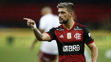 Flamengo e Arrascaeta conversam por uma renovação; demora em 'ok' incomoda a todos os envolvidos.