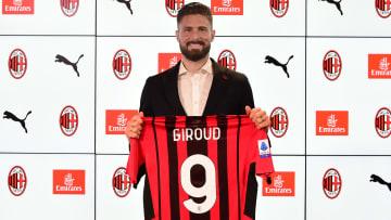 Olivier Giroud yeni formasıyla poz veriyor.