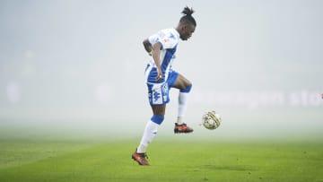 Samuel Ayomide Adekugbe topu kontrol ediyor.