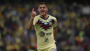 Richard Sánchez celebra un gol con el América.