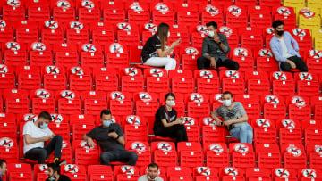 Seyirciler sosyal mesafeye uygun şekilde oturuyor.