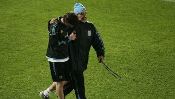 Argentina Training & Press Conference - 2010 FIFA World Cup - Messi y Maradona, abrazados.
