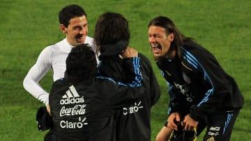 Martín Demichelis se ríe de uno de esos cinco futbolistas