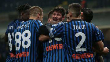 L'abbraccio dell'Atalanta dopo il successo contro il Napoli