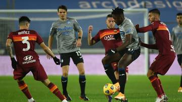 Duvan Zapata circondato dai  giocatori della Roma