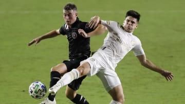 El argentino Matías Pellegrini del Inter Miami y el uruguayo Manuel Castro del Atlanta United disputan el esférico.