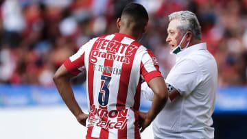 Víctor Manuel Vucetich charla con Gilberto Sepúlveda.