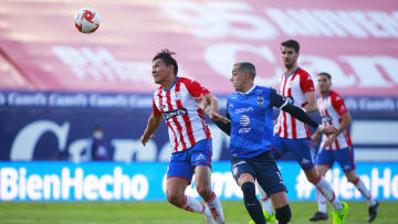 Jugadores del Atlético San Luis y de Rayados de Monterrey pelean un balón.