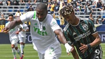 El colombiano Jhohan Romana (Austin FC) y el francés Kevin Cabral (LA Galaxy) disputan el esférico.