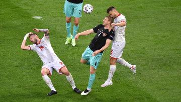 Martin Hinteregger im Zweikampf mit Visar Musliu und Darko Velkovski.