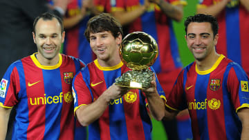 Messi, Xavi e Iniesta posando en el balón de oro