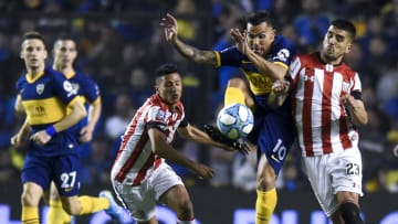 Boca Juniors v Estudiantes - Superliga 2019/20 - Tevez lucha con Kalinski.