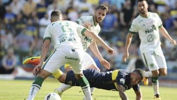 Boca Juniors v Sarmiento - Torneo Primera Division 2016/17 - Tevez pelea contra los defensores de Sarmiento.