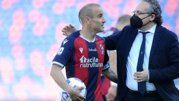 Bologna FC v ACF Fiorentina - Serie A - Rodrigo Palacio se lleva la pelota luego de su hattrick.