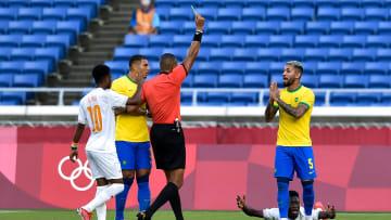 Douglas Luiz foi expulso contra a Costa do Marfim