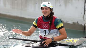 De manera insólita la atleta australiana, Jessica Fox, reparó su kayak con un condón y subió al podio