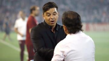 Los entrenadores se saludan: Gallardo-Coleoni. ¿Quién ganará?