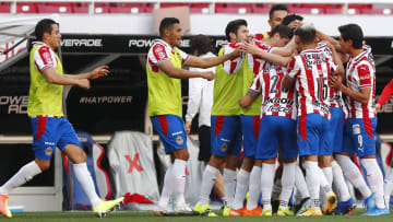 Jugadores de las Chivas celebran un gol.