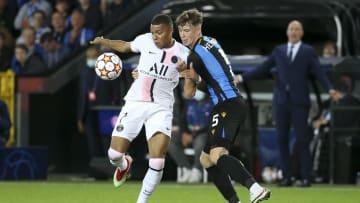 Jack Hendry im Duell mit PSG-Superstar Kylian Mbappé
