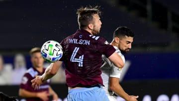 Danny Wilson y Sebastian Lletget pelean por un balón.