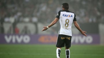 Renato Augusto fechou com o Corinthians