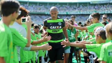 Após várias conversas, Alex encaminha acerto com o São Paulo. Ex-meia foi cotado no Bahia, no Santos e no Coritiba antes de encaminhar ida o Morumbi.
