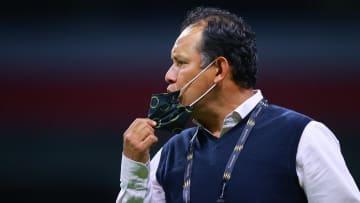 El técnico peruano Juan Reynoso vivió una noche negra tras la eliminación de Cruz Azul por goleada ante Rayados en la Liga de Campeones de CONCACAF.