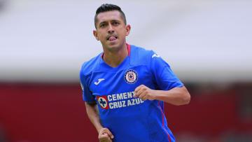 El jugador Elías Hernández celebra un gol con Cruz Azul.