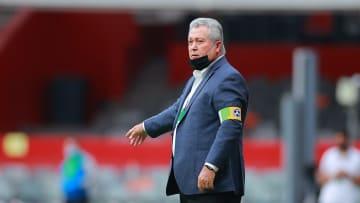 El entrenador seguirá al mando de Chivas