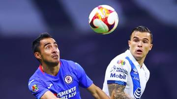 Rafael Baca pelea un balón ante Christian Tabó.