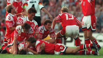Les Danois célébrant leur victoire en finale face à l'Allemagne.